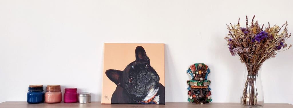 Retrato de la mascota Rita pintado a mano sobre estantería con decoración